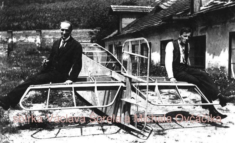 konstruktéři Beneš a Hajn provádějí zatěžkávací zkoušku letadla