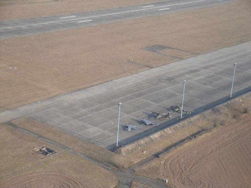 Pohled z letadla na stojánku letiště Hradec Králové