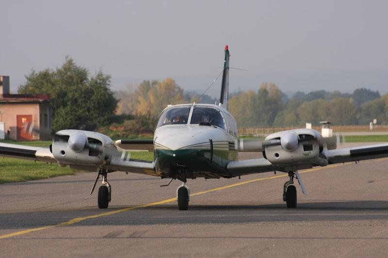 dvoumotorový Piper společnosti DSA a.s. pro výcvik MEP v Hradci Královém