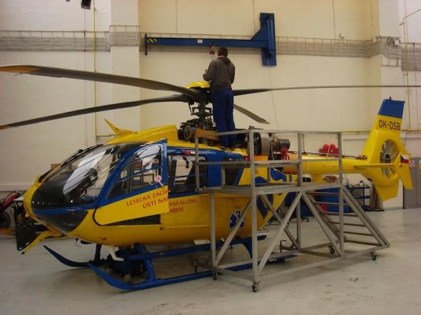 vrtulník Eurocopter EC 135 v servisní prohlídce v hangáru DSA