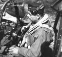Saint Exupéry v kabině průzkumného Lightningu F5 při provádění důležitých úkonů, tzv. Cockpit Drillu