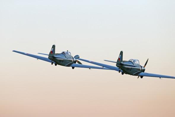 Skupina Zlínů C 305 (vojenská verze Zlínu Z 326). Piloti Jiří Hodan a Milan Mikulecký