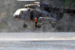 seskok z nízko letícího vrtulníku