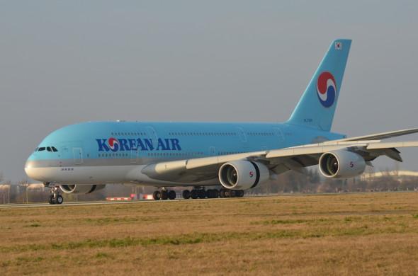 Airbus A 380 Korean Air na dráze 24 LKPR