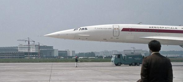 Příď prototypu Concorde se zatažitelným tepelným štítem s průzory.