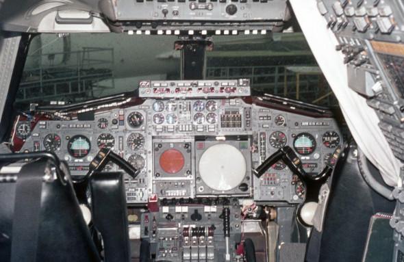 Pilotní kabina prvního prototypu Concorde po doplnění dalšími přístroji.