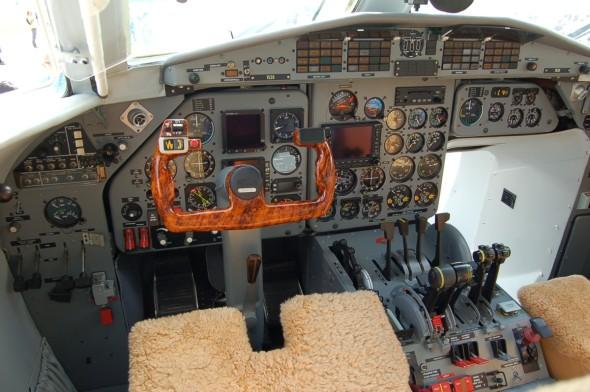 Pilotní kabina L410FG po modernizaci