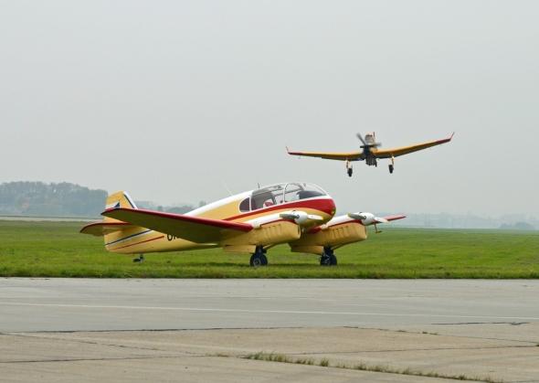 Aero Ae 145 a v pozadí Zlín Z 137T