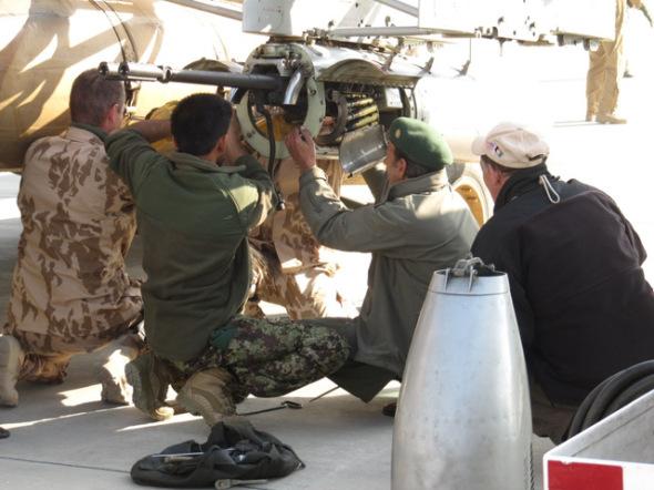 cesti-zbrojiri-mentoruji-afghanske-kolegy-pri-priprave-vrtulniku-na-let