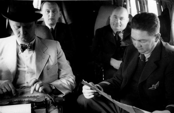 J.A. Baťa píše poznámky během letu Lockheedu Electra