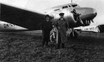 Josef Engliš Lockheedu Electra na letišti v Otrokovicích