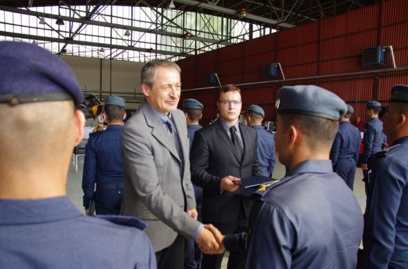 ministr obrany Martin Stropnický předává pilotní diplom