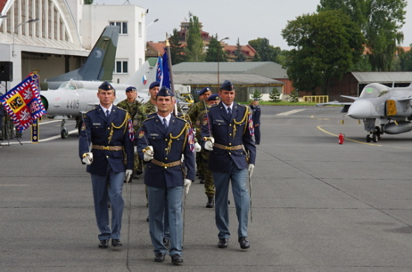 vojáci odnášejí bojový prapor na základně Praha Kbely