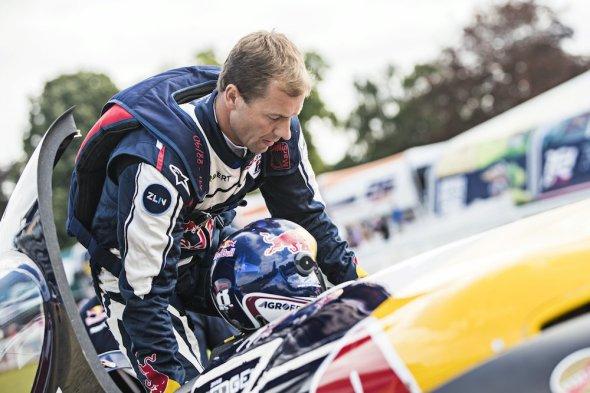 Red Bull Air Race Lausitz 2016 Martin Šonka nastupuje do kokpitu