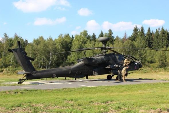 bitevní vrtulník AH 64 Apache na cvičení Ample Strike 2016