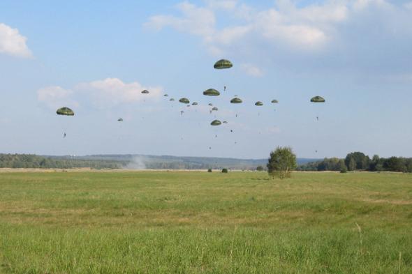 cvičení Sky Soldier II výsadkáři nad letištěm Hradčany