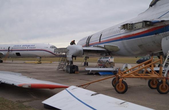 demontované letouny Tupolev Tu 154 na letišti Praha Kbely