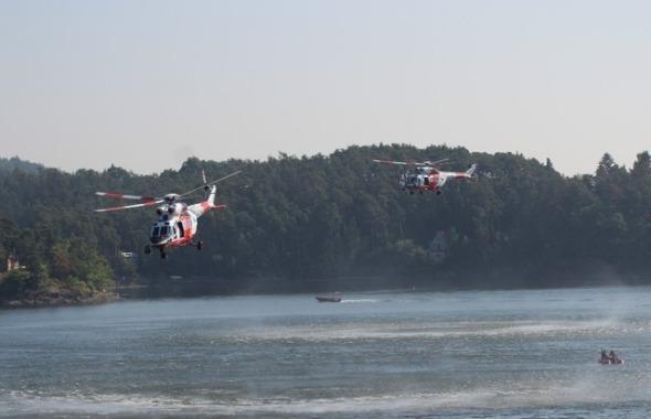 dva vrtulníky W3A Sokol spolupracují nad vodní hladinou