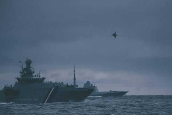 český JAS 39 Gripen nad mořem u Islandu