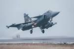 český JAS 39 Gripen přistává na základně na Islandu