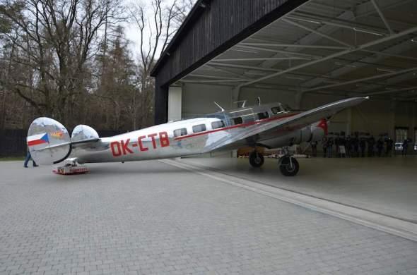 Lockheed Electra L 10 A do hangáru na Točné