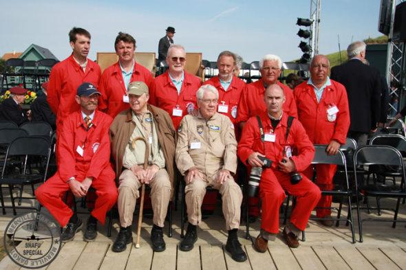 část týmu renovace a dva piloti Snafu Dakoty z USA foto Dakota Merville Association