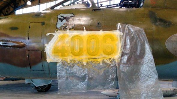 Suchoj Su 22 po aplikaci barvy na trupové číslo