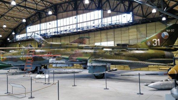 Suchoj Su 22 s již potlačenou barevností obnoveného trupového čísla