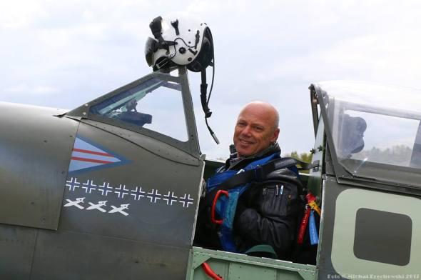 pilot a majitel Stephen Stead v kokpitu svého Spitfiru