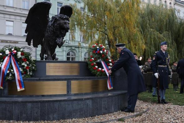 generál Šebesta u pomníku Okřídleného lva
