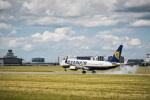 Boeing B 737 Ryanair přistává na letišti Praha