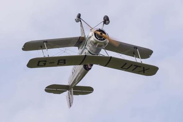 Bücker Bu 133 v letu na zádech