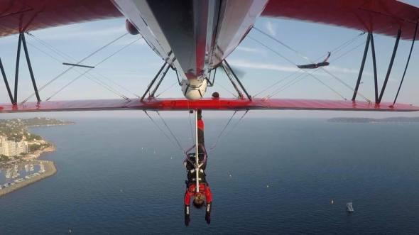 Danielle Del Buono na křídle Boeing Stearman
