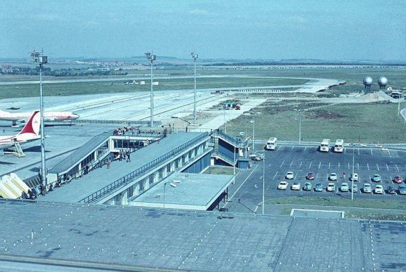 1969 pohled z terasy nad východy A letiště Praha Ruzyně