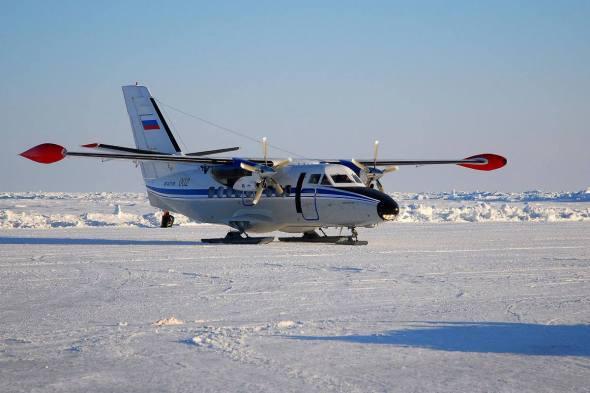 Let  L 410 lyže na sněhu