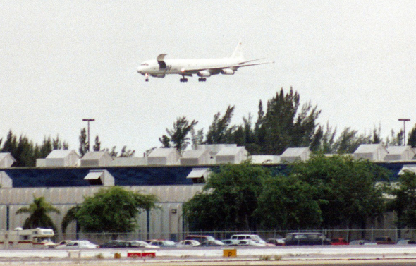 DC 8 v Miami s otevřenými vraty foto Torsten Maiwald