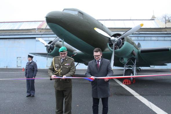 ředitel VHÚ přebírá Douglas DC 3 VHÚ Praha