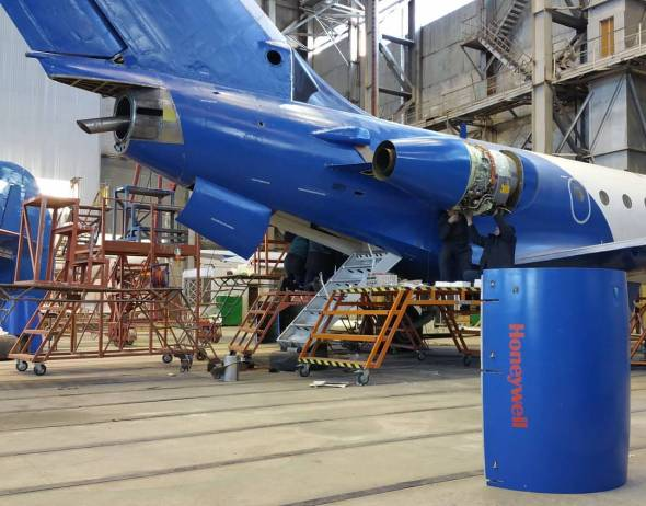 SbNIA Jak 40 s motory Honeywell