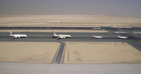 Skupina na dráze letiště Dubai World Central Al Maktoum