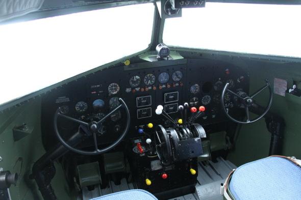 kokpit Douglas DC 3 VHÚ Praha