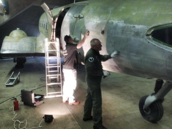 Douglas C-47A-35 odstraňování nátěru