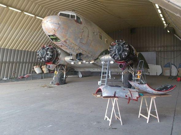 Douglas C-47A-35 v hangáru