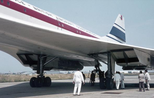 Prototyp-Concorde-v-peci- mechaniků-před-letem.