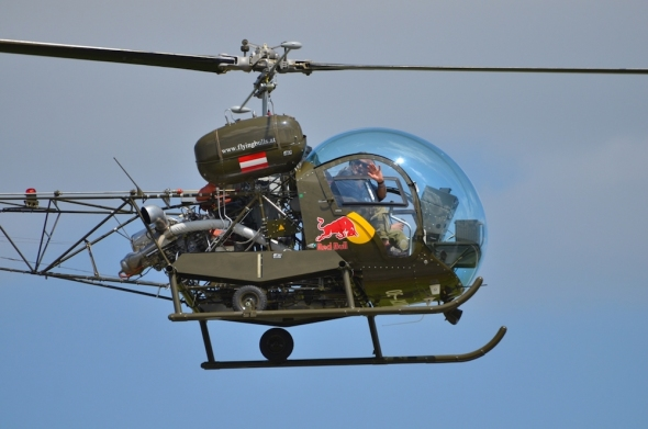 vrtulník Bell 47 red Bull
