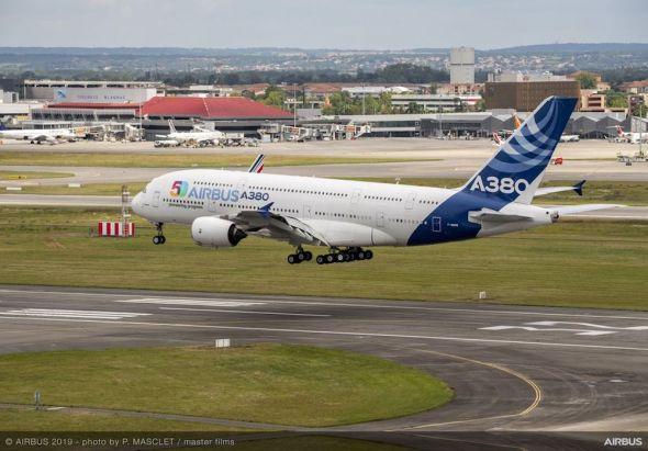 Airbus-50th-years-anniversary-formation-flight-landing-005