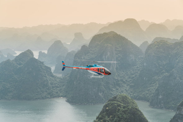 Bell 505_flying_in_Ha_Long_Bay