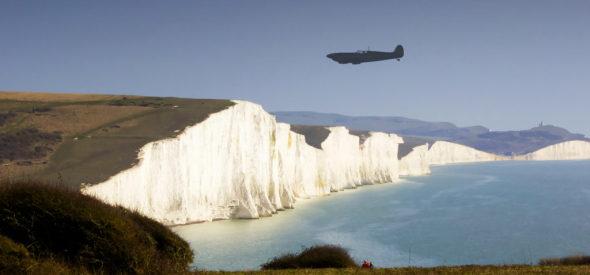stříbrný Spitfire nad Doverskými útesy