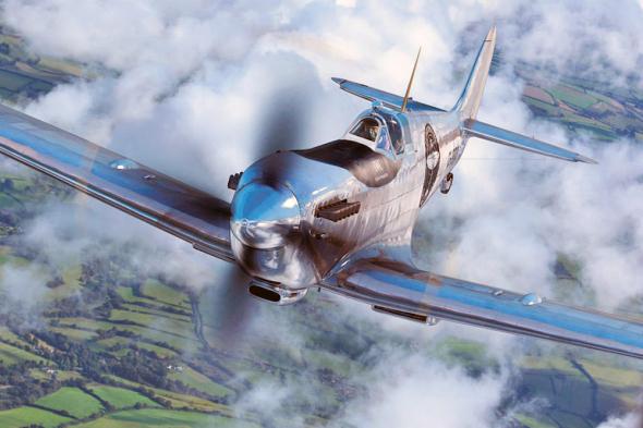 stříbrný spitfire letí kolem světa