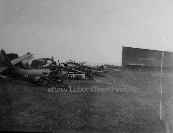 trosky letounů Luftwaffe na letišti Žatec
