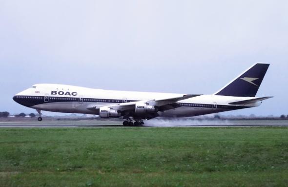 BOAC Boeing 747 přistává na letišti Heathrow